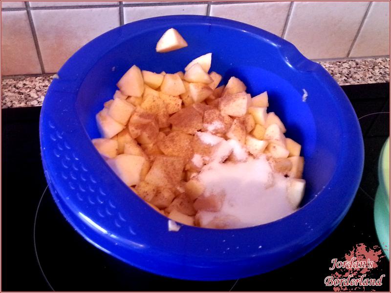 Apfel, Zimt, Zucker, (Rosinen) vermengen