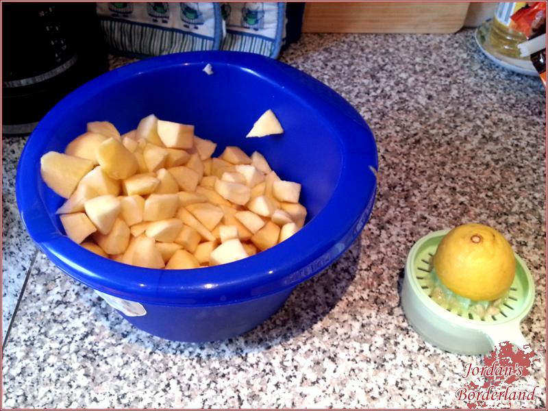 Apfelstücke mit Zitronensaft