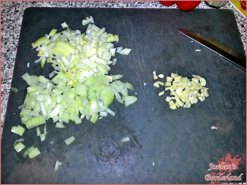 Knoblauch, Zwiebeln & Paprika schneiden