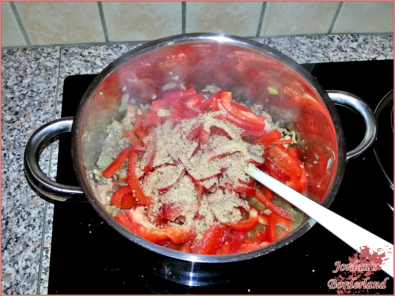 Paprika und Gemüsebrühe dazu geben