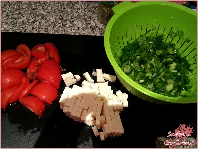 Tomaten, Schafskäse und Lauch waschen und zerschneiden