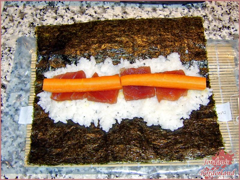 Sushireis, Wasabi und maximal 2 Sorten das Nori Blatt bestücken
