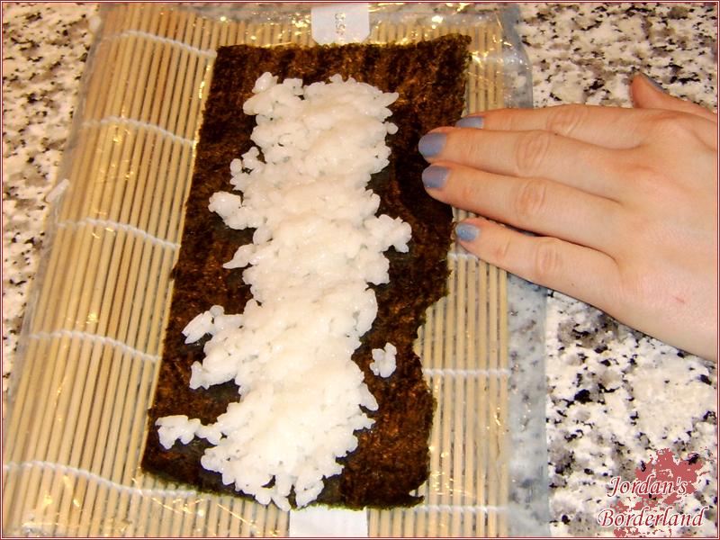 Nori Blatthalbieren und mit Reis bestücken