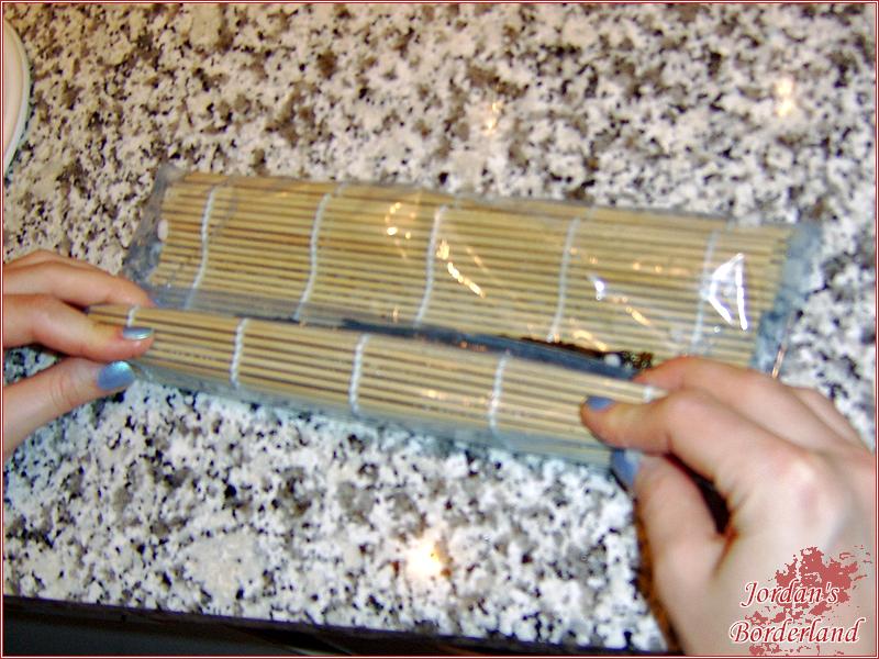 Mit der Bambus-Matte einmal zur anderen Seite rollen