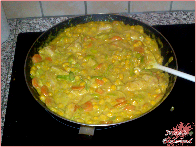 Fleisch und Mais dazu geben und aufkochen lassen. Zum Schluss mit Pfeffer, Salz abschmecken
