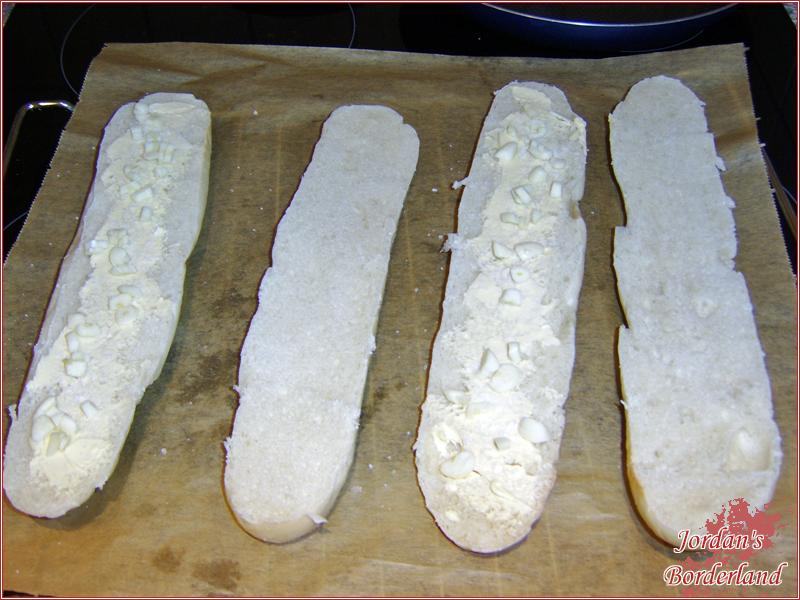 Knoblauch und Salz auf das Baguette geben