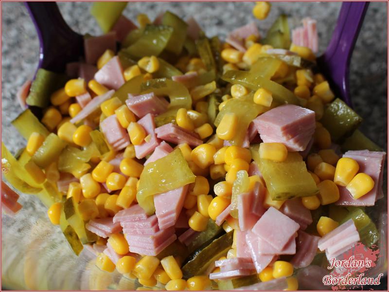 Mais, gekochter Schinken & Gurkenscheiben zusammen mischen
