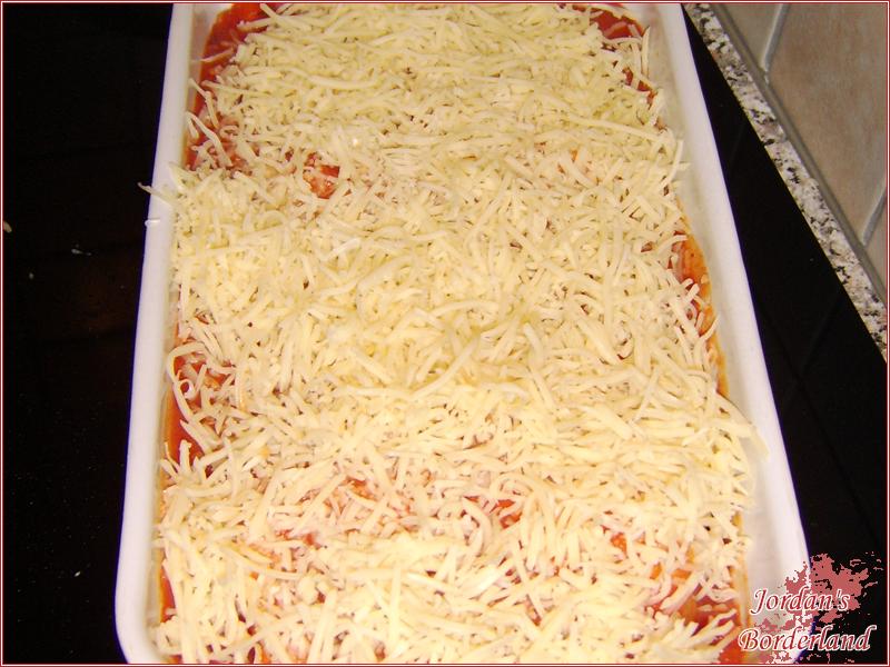 Restliche Sauce und Käse rüber streuen
