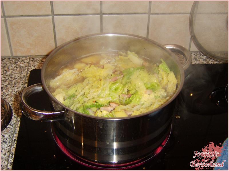 Wirsingkohl dazu geben und mit kochen