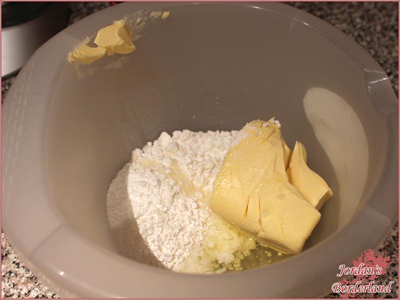 Margarine, Zucker und Eiweiß in eine Schüssel geben