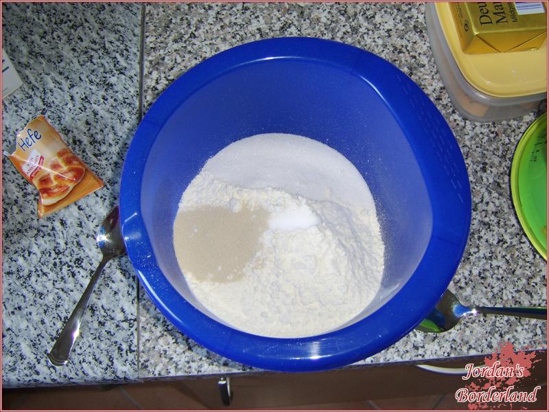 Mehl, Trockenhefe, Salz & Zucker in eine Schüssel geben