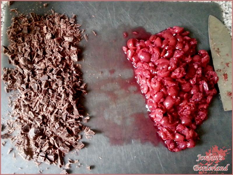 Kirschen zerkleinern und Zartbitterschokolade stückeln