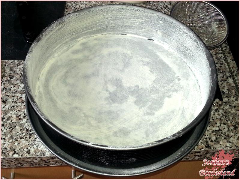 Kuchenform einfetten und bemehlen