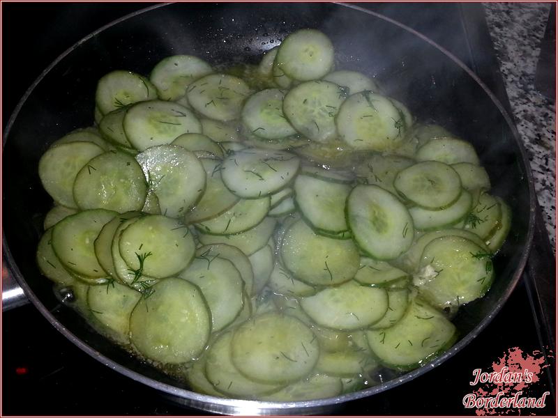Dill zu den Gurken geben mit Pfeffer & Salz abschmecken