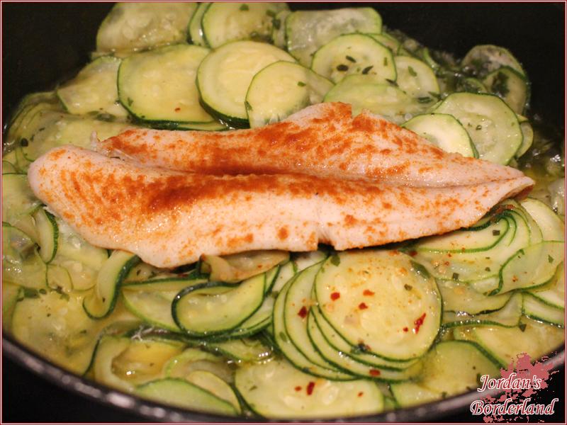 Fischfilets auf die Zucchini geben und garen lassen