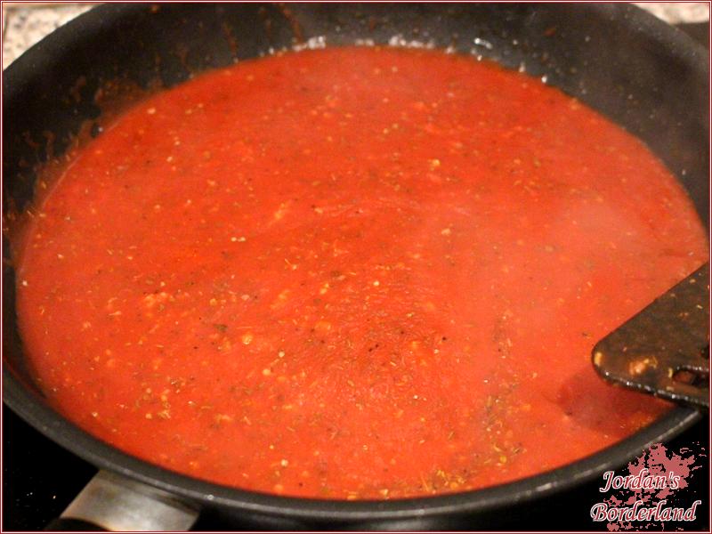 Nach dem Braten, passierte Tomaten, Knoblauch und Gewürze in der Pfanne erwärmen